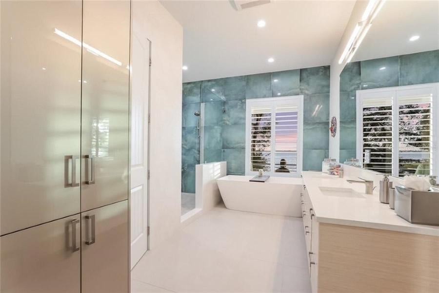 Palma Sola - Modern Bathroom